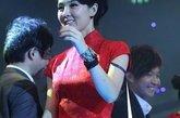 2011年12月18日晚,北京,前排球国手姜宏波出席颁奖礼,肩带外掉竟浑然不知。