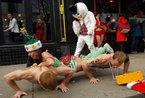 匈牙利举办泳装美女圣诞老人长跑赛(组图)