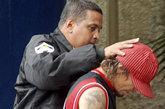 19日晨妻子珍妮芙被发现死在了委拉瑞拉巴伦比亚市的一家旅馆里。警方立即逮捕了重大嫌疑人瓦莱罗。瓦莱罗的很多朋友也都相信这确实是瓦莱罗所为,尤其可能是他酒后做的蠢事。