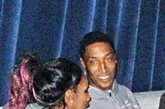 """近日,公牛队传奇球星皮蓬携""""大虫""""罗德曼,率领着""""NBA传奇球星队""""在澳门进行表演赛。不过""""蝙蝠侠""""显然低估了香港狗仔队的实力,日前他被香港媒体拍到在澳门夜店与10多名性感""""兔女郎""""狂欢的照片和视频。期间,更有不同肤色的女子上前与他搭讪。最终皮蓬与一名性感的""""印度西施""""相谈甚欢,皮蓬还将她拉到厕所门口拥抱、贴面耳语。"""