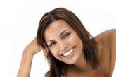台前表象:牙齿肿痛←→幕后解读:胃热上火。当牙齿出现肿痛的时候,从与内脏的关系来说,往往反映出胃部的问题。胃热常常是造成牙齿肿痛的原因,同时还会伴有口渴、便秘、恶心、腹胀等。严重的时候,牙齿会从红肿严重,继而发展为齿龈糜烂。