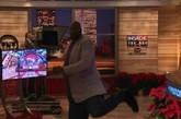 """TNT NBA团队最新节目——猜球员效力球队。奥尼尔、巴克利猜布鲁克斯效力哪支球队,巴克利爵士写的是China or Japan,然后,Shaq翻开了他的题板,上面端端正正写了4个繁体的""""廣東宏遠"""",全场嗨翻了!"""