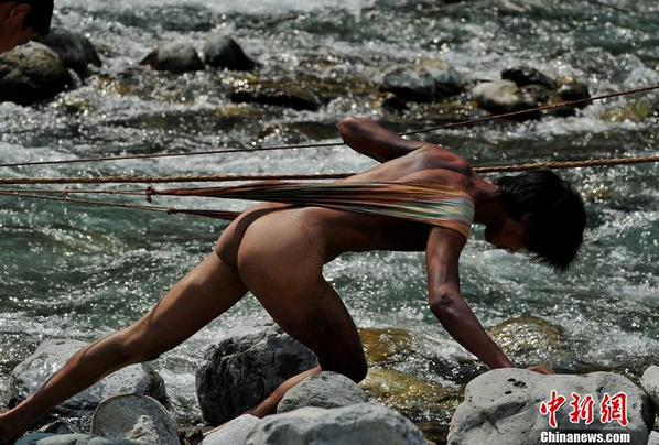 湖北神农溪保留裸体纤夫 水石里共同抗争