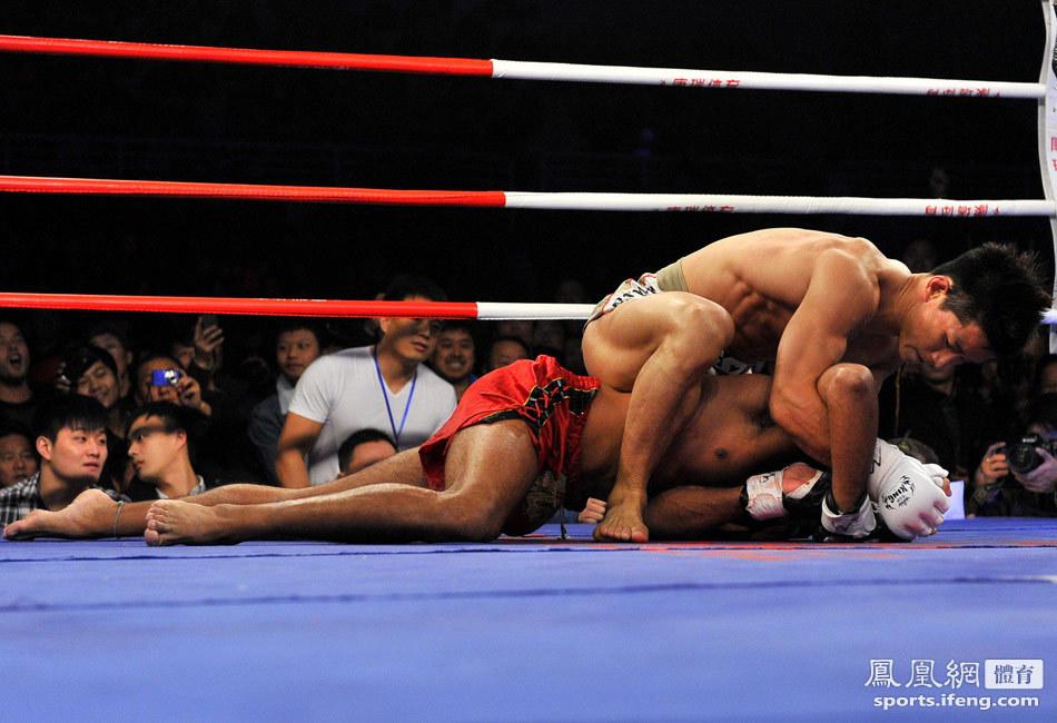 搏击赛中方4胜2负 中国选手打得对手跪地求饶[高清大图]