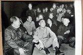 1967年:毛泽东、周恩来接见红卫兵(毛、周之间,稍靠后的位置为汪东兴)
