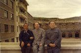 1968年起担任中共中央办公厅主任兼中央警卫局党委第一书记,并兼总参谋部警卫局局长。1969年4月在中共九大,被选为中央委员、中央政治局候补委员。1973年8月在中共十大,被选为中央政治局委员。1976年10月,支持华国锋、叶剑英拘捕四人帮行动,后以中央警卫局长兼中共中央办公厅主任身份,率领8341部队拘捕四人帮,实行隔离审查。1977年8月在中共第十一次全国代表大上,被选为中央政治局常委、中共中央副主席。图为:文革时期的汪东兴,左边就是农民总理陈永贵