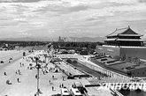 图为1959年10月10日,改造后的天安门和长安街。(图片来源:新华网 楚英 摄)