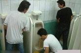 看看发生在厕所里的尴尬事,不由得你不笑……