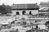原来的长安街很窄,宽度仅15米。为迎接建国1周年大会,首先要拓宽东单至中南海东侧一段。1952年8月,北京市各界人民代表会议召开,就拆除天安门旁边两侧长安左门与长安右门的提案,梁思成,与众多的委员发生了激烈的争论。