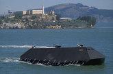 """美国""""海影""""试验舰早在里根政府时期就开始建造,由洛克希德·马丁公司负责研发,目的是为了研制出一种使用新动力能源、具备隐形效果的海上作战平台,以期在与前苏联的大规模海上对抗中占据优势。该项目进行得极为隐秘,虽然在1983年被媒体曝光,但随后杳无音讯。直到1993年,""""海影""""才脱颖而出,并频繁出入加州南部的外海,从而引起世人瞩目。据悉,在此之前,所有与""""海影""""相关的试验都在晚上进行。(资料图)"""