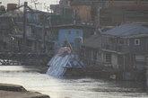 """近日,中国军迷在某船厂拍到一艘外形十分怪异的新型船舶,这艘新船外形如同科幻电影里的外星战舰和乌龟壳,外部涂装上写有""""幻影猎手""""的字样。(来源:环球网)"""