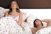 你选择母乳喂养宝宝身处哺乳期的你体内孕激素水平较高,孕激素能够抑制排卵,本身就有一定的避孕作用,但这期间极容易出现突发排卵的状况,因此你不能用安全期避孕法;雌激素和孕激素合剂的避孕药会抑制乳汁分泌并通过乳汁进入婴儿体内,影响婴儿生长发育,也不宜选用。首选工具避孕,比如避孕套、宫颈帽或放置宫内节育器,或者选用不被身体吸收的外用避孕药,比如避孕药膜、药栓。