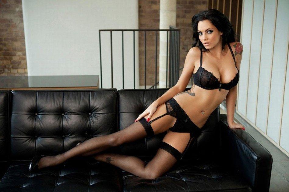 英国超模女主持人拍写真 黑丝上阵大秀惹火曲线