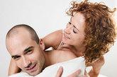 你总是被痛经骚扰放置宫内节育器等方法会加重痛经。首选口服避孕药或注射避孕药、皮下埋药等方法,因为药物中的雌孕激素对痛经有一定的缓解作用。慎用避孕套,因为乳胶可以加重阴道炎的症状或导致阴道过敏。最好使用安全期避孕法,精子可以消毒杀菌,对慢性阴道炎有一定治疗作用。若你病情较轻,服用避孕药为好;病情较重较急时应暂停房事,也免得交叉传染给爱侣。