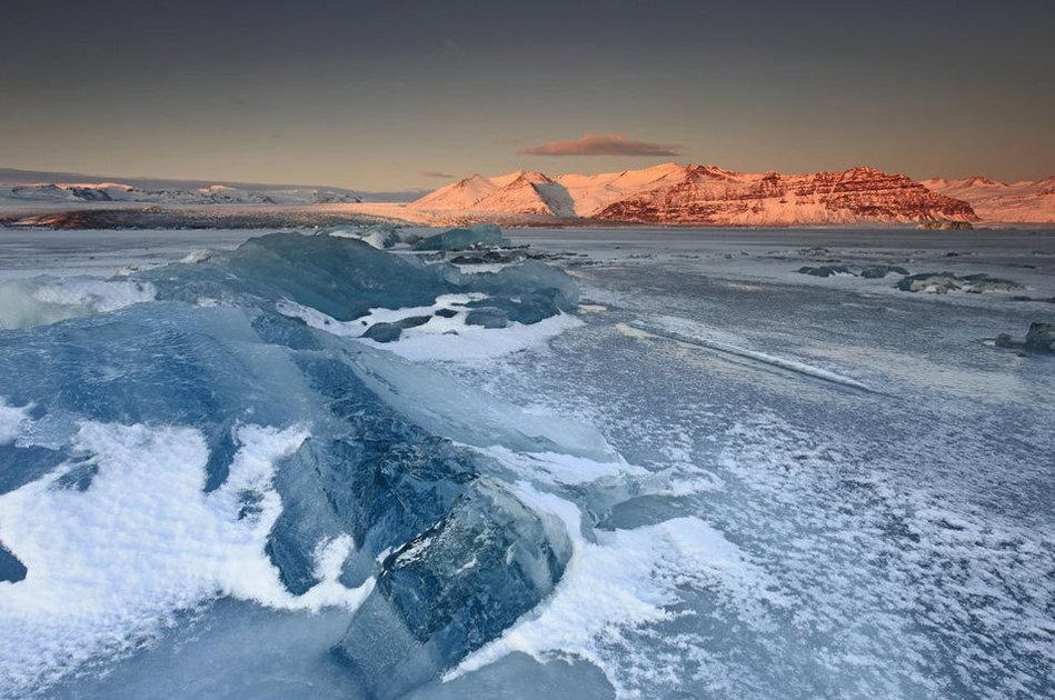 2012年1月9日消息,冰岛冰川湖,你可能会认为今年冬天漂流的冰块会减少,这个冬季零下十摄氏度也的确创下新的历史记录,但是你想错了。36岁的资深冰岛摄影师Orvar Porgiersson发现冰岛最大的咸水湖内漂流的冰块增多了,今年冬天冰川湖上3000英尺高的冰盖由于气候变暖而断裂,大量深蓝色冰块在水面漂浮。