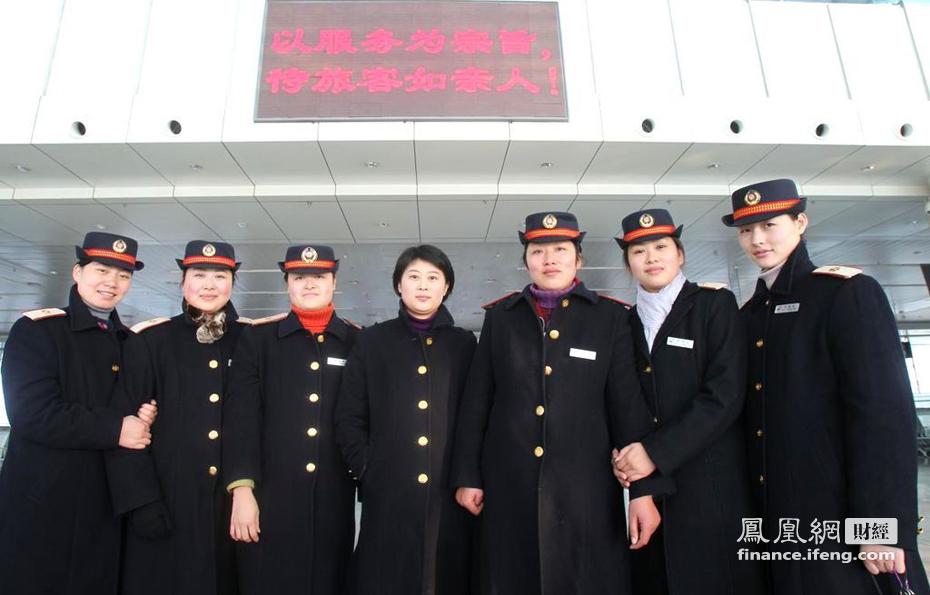 江苏南通:85后美女客运员倾心忙春运 财经频道