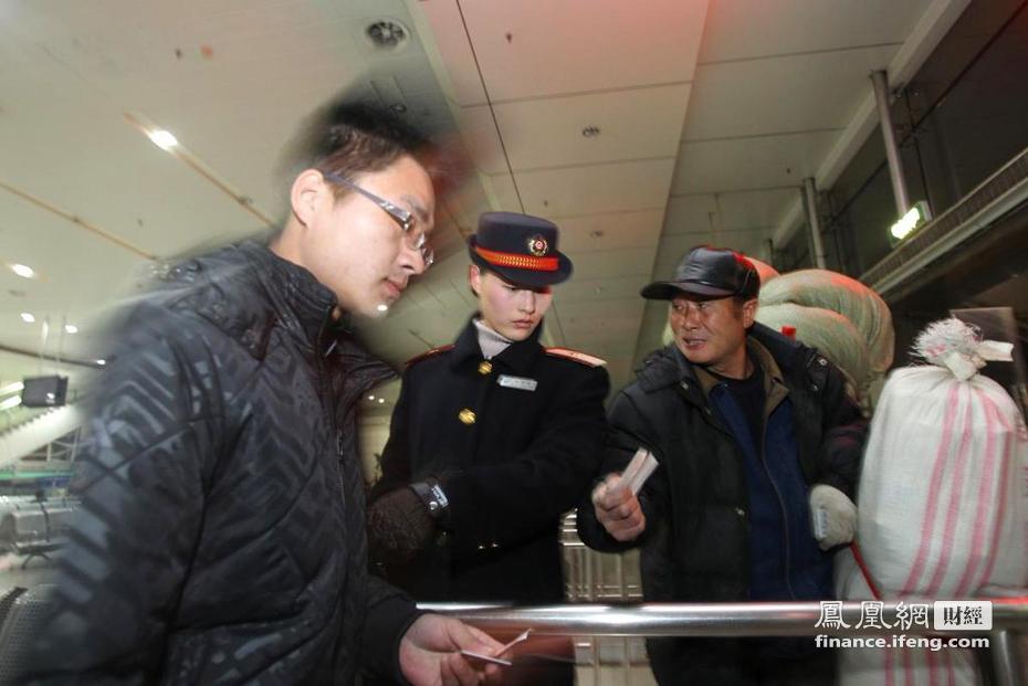 江苏南通:85后美女客运员倾心忙春运_财经频道_凤凰网