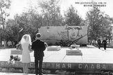 伊曼珍宝岛冲突阵亡者纪念碑,苏联时期新婚夫妇有给烈士献花的习俗。