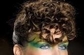 解构主义:大胆撞色妆容 冷色调的眼妆可以让双眸更加有神,不容易出错,所以你可以看到大部分的撞色撞色妆容都是冷色调的眼妆组合,湖绿色搭配摩洛哥蓝,精致的熟女味道,成熟而性感,明橘色的唇膏则一丝不苟的体现了女人味。