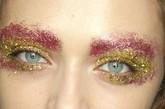 超现实主义:梦幻迷离感妆容 完全利用亮粉堆砌出的创意妆容,粉色+黄色的暖色调搭配非常大胆,细碎的亮片会有缩小双眼的效果,还好模特是个大眼美女,可以完美诠释。