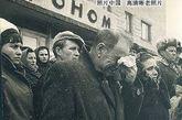 参加列昂诺夫上校葬礼的老人失声痛哭。