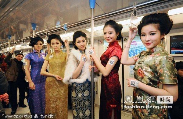 南京男人帅哥争抢美女秀旗袍亲吻近身上演美女和拍照地铁激情图片