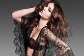 高调妖艳的黑色蕾丝罩衫,蝙蝠衫的款式宽松而更显风情万种。