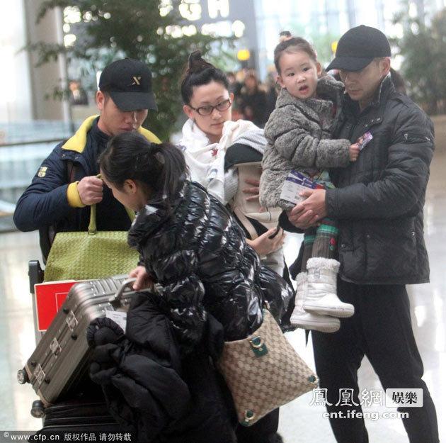 赵文卓女儿几岁了_赵文卓女儿庆生获香吻小玫瑰美丽酷似父母