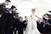 随着英国威廉王子婚期的临近,英国举国上下都在紧张的筹备,而凯特王妃也成为时尚界最为关注的热点人物。近日,新一期英版《VOGUE》以新娘为主题,让众超模身穿白纱,变身妩媚新娘置身海陆空三军士兵和人民之中, 接受大家的祝福。