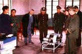 黄维兵败被俘后就寄情于科学研究。图为1980年,黃維和他以前的管理员们一起在抚顺工厂里钻研制造东方红永动机。