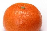4.橘皮    乘车前1小时左右,将新鲜橘皮表面朝外,向内对折,然后对准两鼻孔挤压,吸入皮中喷射出带芳香味的油雾,乘车途中也可照此法随时吸闻。