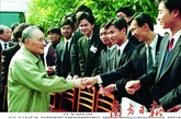 邓小平和珠海青年科技人员亲切握手。他说,要发展科技,希望在青年人身上。