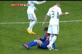 国家德比中佩佩下脚踩梅西手一幕,多个镜头机位回放,但是这个犯规最终逃过了裁判的红牌。