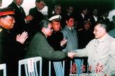 在广州,邓小平和送行的广东省党政军领导干部握手道别。
