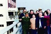 邓小平在深圳特区参观皇岗口岸。