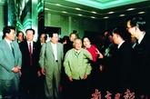 在顺德,邓小平受到广东珠江冰箱厂职工的热烈欢迎。