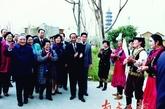 深圳民俗文化村的少数民族演员热烈欢迎邓小平。