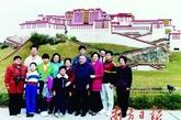 """邓小平和家人在深圳""""锦绣中华""""的布达拉宫微缩景区前合影。"""