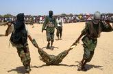 2007年,索马里反政府教派武装人员与索马里政府军和埃塞俄比亚政府军21日发生激战,几名阵亡的政府军士兵尸体在街上被武装人员拖曳示众,之后惨遭焚尸。