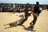 反政府武装上演曳尸游街恶行。