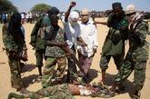 反政府武装士兵侮辱政府军士兵尸体。