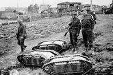 """在""""犹他""""海岸的W5防守火力点,德军的扬基少尉下令出动数量可观的微型坦克去攻击登陆的M4A1""""谢尔曼""""坦克。"""