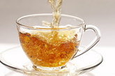 禁忌食物三:3岁以内不要茶  3岁以内的幼儿不宜饮茶。茶叶中含有大量鞣酸,会干扰人体对食物中蛋白质、矿物质及钙、锌、铁的吸收,导致婴幼儿缺乏蛋白质和矿物质而影响其正常生长发育。茶叶中的咖啡因是一种很强的兴奋剂,可能诱发少儿多动症。