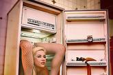 """在最新公布的照片里,Zlata将自己""""扭""""成一团,轻松塞进了一部冰箱里。"""