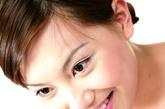 眉毛厚实:减5岁。由于睾丸激素的分泌,男性眉毛会更浓,而女性的眉毛则会越来越稀少。专家表示,拔眉毛不要过频或过于用力。建议使用5毫克口服维生素H,可增强毛发。