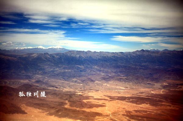 【5】飞机起飞后不到15分钟,窗外已经是一幅高原的景象,崇山峻岭