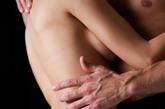 秘密3:避孕套的隐患。多数避孕套都是用杀精子的nonnoxynol-9制成,它对防止性病感染不仅无效,反而可能加大感染艾滋病和其他性传染病的危险。其工作原理是通过破坏精子细胞薄膜达到避孕的目的,在此过程中,阴道边缘的保护膜也可能一同遭破坏。美国药品管理局认为,由于细胞受破坏,用避孕套感染性病的危险性加大,正考虑在含有杀精成分的成品上贴警告标签。