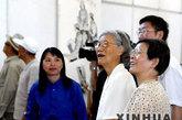 2004年7月5日,张爱萍将军的夫人(前右二)在画家康金梅(前右三)陪同下观看画展。当天,由北京新四军暨华中抗日根据地研究会四师(淮北)分会和上海大学美术学院共同主办的张爱萍诗意画展在北京开幕,共展出以张爱萍将军的诗句意境构思创作的国画画作60余幅。