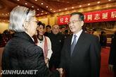 2010年1月9日,纪念张爱萍同志诞辰100周年座谈会在北京人民大会堂举行。中共中央政治局常委、国务院总理温家宝出席座谈会。这是座谈会之后,温家宝与张爱萍夫人亲切交谈。新华社记者 王建民摄