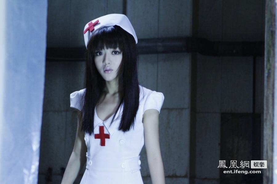 《夜店诡谈》明日首映 邓家佳化身性感护士火